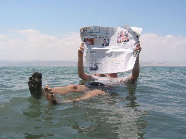 Flotando en el Mar Muerto mientras leo periódico
