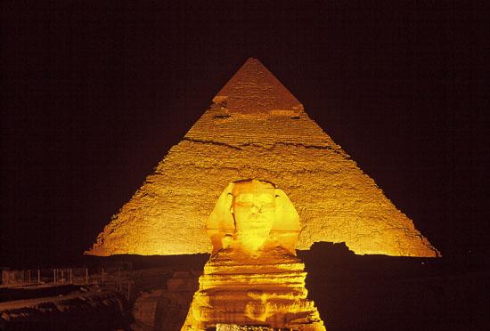 Vista nocturna de la gran pirámide de Giza